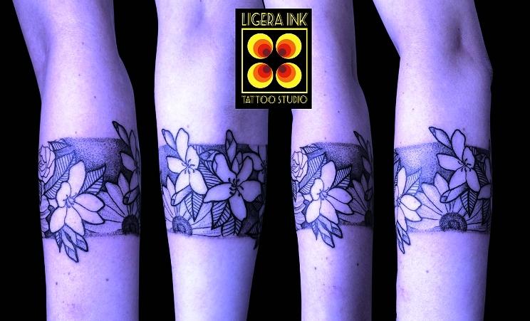Tatuaggi Milano Ligera Ink fiori blackwork tattoo bracciale blackwork