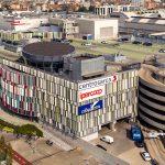 Si arrampica sul tetto del centro commerciale Sarca: grave adolescente