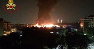 Bovisasca incendio in un deposito di rifiuti