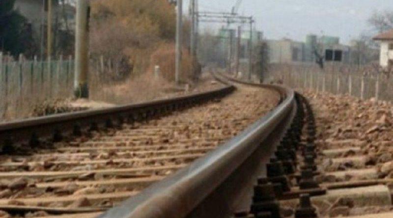 Sdraiati sui binari in attesa del treno