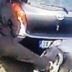 Allontanato iracheno che tirava calci alle auto nella periferia milanese