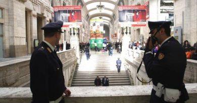 immigrato prende a sprangate agente a Milano