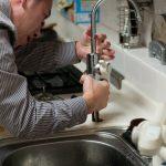 State per affittare la vostra casa? Il controllo dell'immobile è importante: dal fabbro all'idraulico