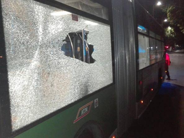 spari contro un filobus della 90-91 in piazzale Lotto