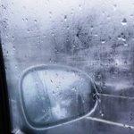 Disappannare il vetro dell'auto: come sfruttare l'aria calda