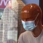 A Milano manichini in vetrina con le mascherine