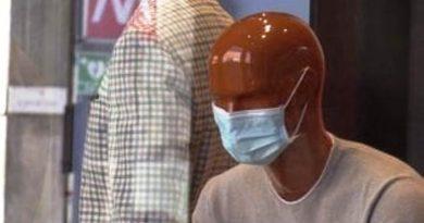 a Milano i manichini con la mascherina