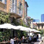 Prime nuove aree pedonali a Milano: largo a tavolini e sedie per vivere la città in sicurezza