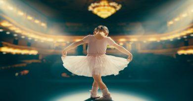 ballerina bambina con teatro vuoto