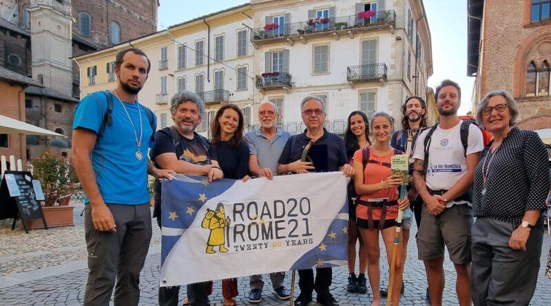 Questi pellegrini hanno camminato centinaia di chilometri per incontrarsi a Pavia